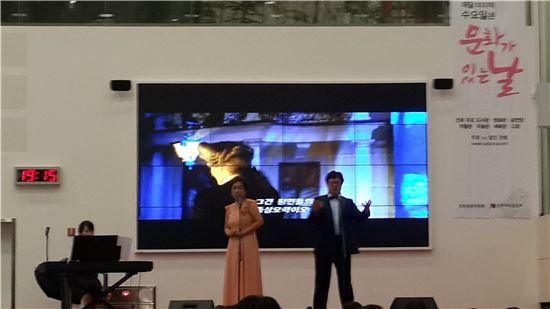 8월 마지막 수요일인 27일 전국 도서관 등 1300여 곳에서 '문화의 날' 행사가 열렸다. 세종도서관 로비에 마련된 행사장에서 노래를 부르고 있는 성악가들의 모습.
