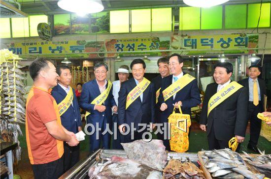 송하진 전북도지사는 추석을 앞두고 고창읍 전통시장에서 장보기 행사를  참석해 사인들과 대화를 하고있다.