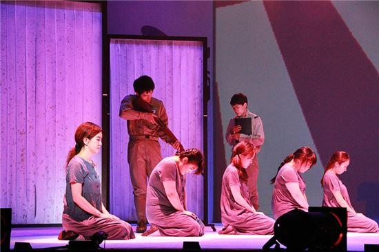 뮤지컬 '꽃신'에 출연 중인 배우들이 열연을 펼치고 있다.