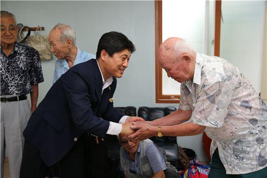 어르신 쉼터를 방문해 어르신참여예산의 의견을 경청하는 김영배 성북구청장(왼쪽)