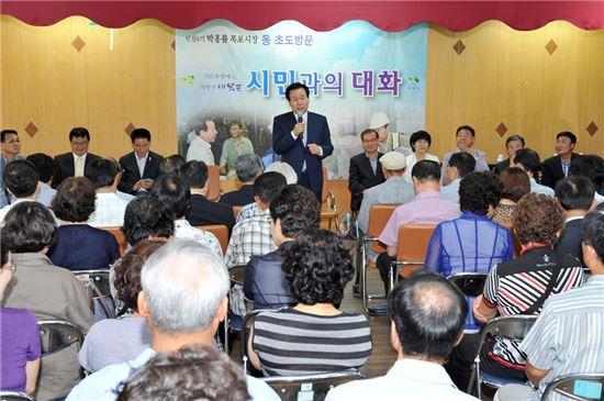 <박홍률 목포시장이 취임 초 '시민과의 대화'에서 시정 운영방향을 설명하고 있다.>