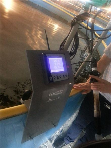 스마트 민물장어 양식장 내의 계측판에 산소량, 수질, 온도 등 수조의 상태가 표시돼 있다.