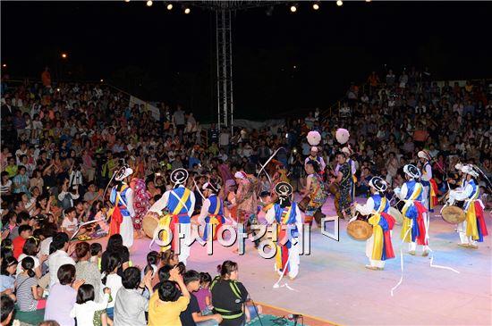 광주 남구 양과동 빛고을공예창작촌에서  지난 30일 2000여 명의 관람객이 입장한 가운데 '2014 광주예술난장 굿+판' 판마당 공연이 펼쳐졌다.
