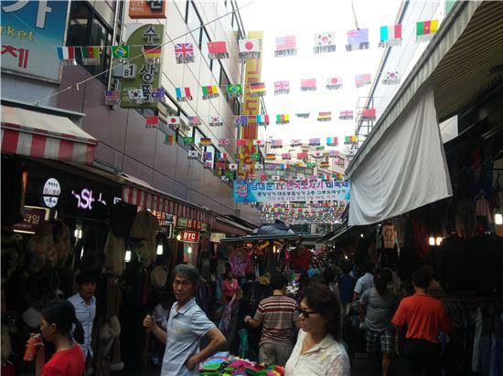 지난 30일 오후 찾은 남대문 시장은 관광객들과 나들이객으로 북적이고 있었다.