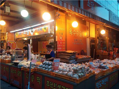 경동시장 초입에 있는 소담떡도매. 저렴한 가격에 떡을 판매하고 있었다.