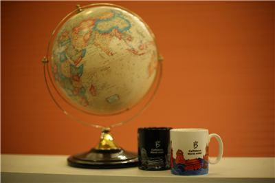 카페베네가 글로벌 머그 2종 등 신제품을 출시했다.
