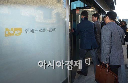 지난 2월 사기대출 사건과 연루된 서울 강남구 엔에쏘울 본사 건물에서 경찰 수사관들이 압수수색을 벌였다.