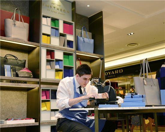 가을·겨울 매장개편을 통해 갤러리아명품관 이스트 1층에는 영국 왕실인증을 보유한 브랜드인 '스마이슨' 정식매장을 국내 최초로 오픈했다. 스마이슨 매장에서는 기념으로 지난 29~31일 3일 동안 '골드 스탬핑'(이니셜 새겨주는 작업) 이벤트를 진행했다.