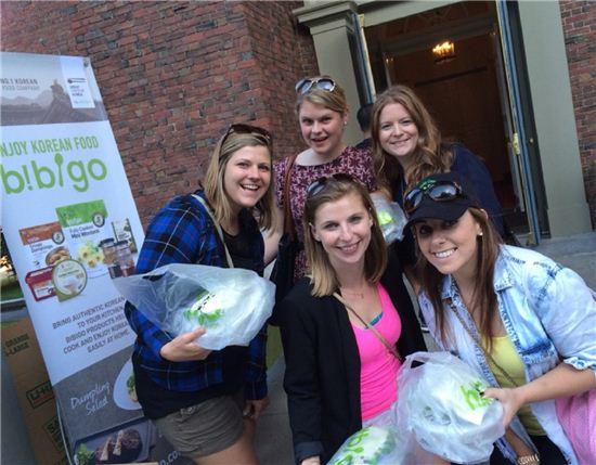 CJ비비고는 미국 보스턴에서 열린 통일송 발표회에 참여한 관람객들에게 비빔밥을 협찬했다.