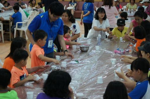 지난달 30, 31일 양일간 치악산드림랜드유스호스텔에서 다문화가족을 대상으로 진행된 한국다우케미칼 '다우 과학캠프'에 참가한 다문화가족 부모와 자녀들이 '환경과 에너지 과학교실'에서 체험 학습에 참여하고 있다.
