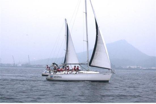 <세한대학교가 목포마리나 등에서 진행하는 '해양레저스포츠체험교실'이 어린이들과 학부모들의 인기를 끌고 있다. 이 체험교실은 10월말까지 계속된다.>