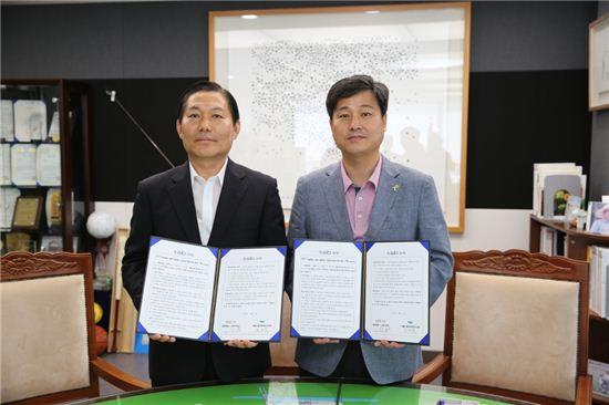 김영배 성북구청장(오른쪽)은 서울신용보증재단 권태억 이사장직무대리(왼쪽)와 신용대출 40억원 추가 출연 협약을 체결했다