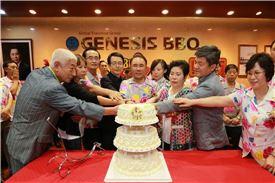 윤홍근 제너시스BBQ 그룹 회장(가운데) 및 그룹 임직원, 가맹점 참석자들이 1일 이천 치킨대학에서 열린 창립 19주년 기념식에서 케익을 자르고 있다.
