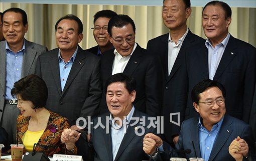 [포토]중소기업인과 손잡는 최경환 경제부총리