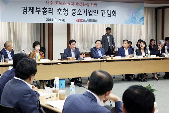 최경환 경제부총리(왼쪽 세번째)가 1일 간담회에서 발언하고 있다.