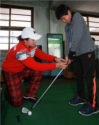 KLPGA가 진행한 유소년 골프클리닉에서 장하나(왼쪽)가 한 학생에게 골프를 가르치고 있는 장면이다. 사진=KLPGA제공