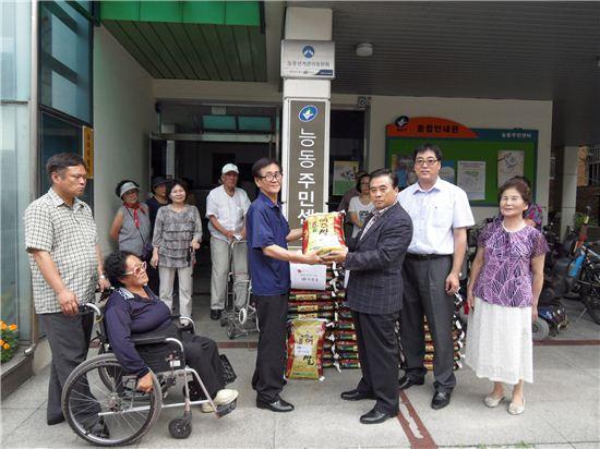 2일 능동주민센터에서 열린'사랑의 쌀 나누기'행사에서 쌀 전달식을 하는 모습