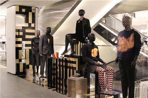 갤러리아명품관 웨스트는 이번 리오프닝을 통해 업계 최초로 자체적으로 디자인, 제작한 현대 도시인들의 다양한 모습을 담은 398개의 마네킹을 선보였다.