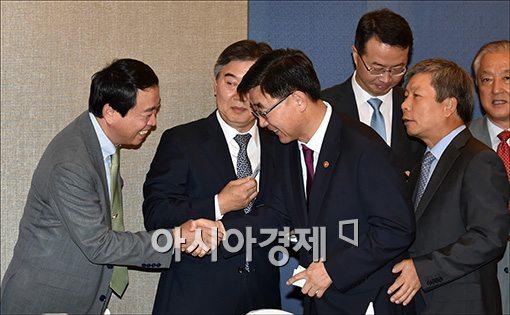 이기권 고용노동부 장관이 4일 서울 JW메리어트호텔에서 열린 경총 사장단 조찬간담회에 참석해 참석자들과 인사를 나누고 있다.