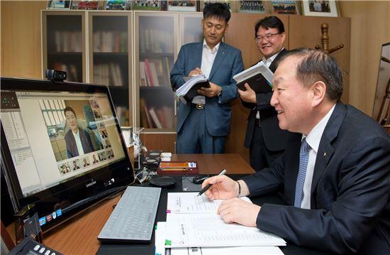 김주하 농협은행장이 4일 은행장실에서 전국 영업본부장 17명과 화상회의를 진행하고 있다.(자료제공:NH농협은행)