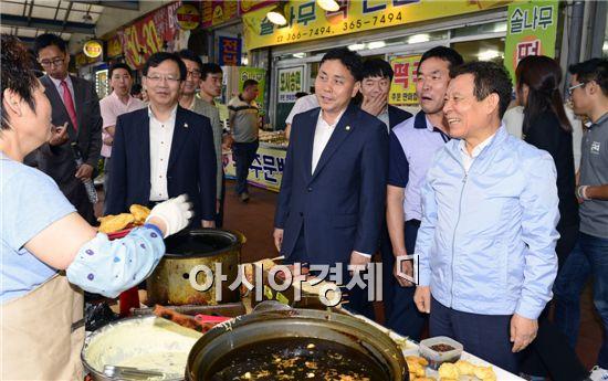 윤장현 광주시장과 황현택 서구의회 의장은 3일 추석 명절을 맞아 양동시장에서 온누리 상품권을 이용한, 전통시장 장보기 행사를 가졌다.