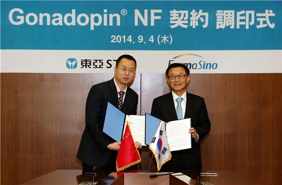 동아에스티 박찬일 사장(오른쪽)과 중국 파마시노社 옌 리보(Yan Libo) 사장이 계약식 기념촬영을 하고 있다.