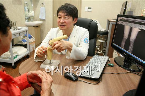 바른세상병원 서동원 원장이 무릎관절염 환자를 진료하고 있다.