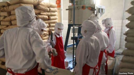 북한에 분유를 지원하고 있는 스위스 개발협력처(SDC) 관계자들이 북한 현지에서 현장을 점검하고 있다.