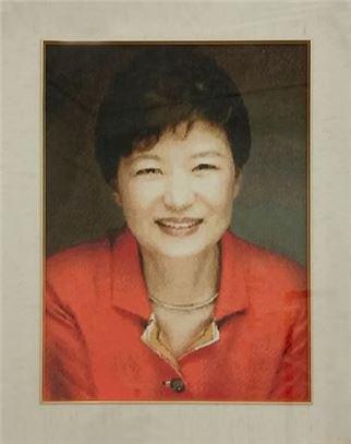 인천의 한 시민이 선물한 십자수 (사진출처 : 박근혜 대통령 공식 페이스북)