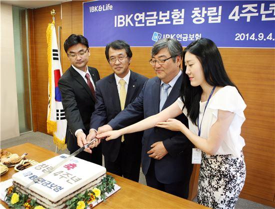 조희철 IBK연금보험 대표이사(오른쪽 두 번째)와 임직원들이 창립 4주년을 맞아 IBK연금보험 창립기념식을 갖고 기념촬영을 하고 있다.