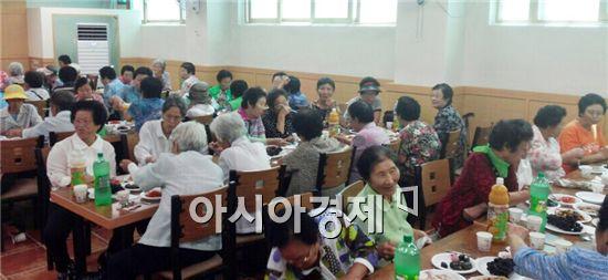 나주종합사회복지관은 지난 4일 지역 내 어르신 100여명을 모시고 추석맞이 한가위대잔치를 실시했다.