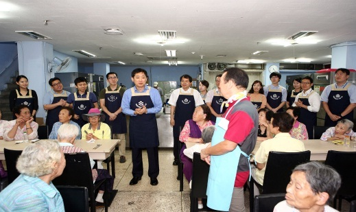 ▲예금보험공사 직원들이 봉사활동을 하고 있다.(가운데 파란색 상의 김주현 예금보험공사 사장)