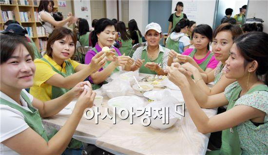 고흥군다문화가족지원센터는 4일 센터 내 교육실에서 결혼이민자 30여명이 참석한 가운데 '오색 꽃송편 만들기'를 운영했다.