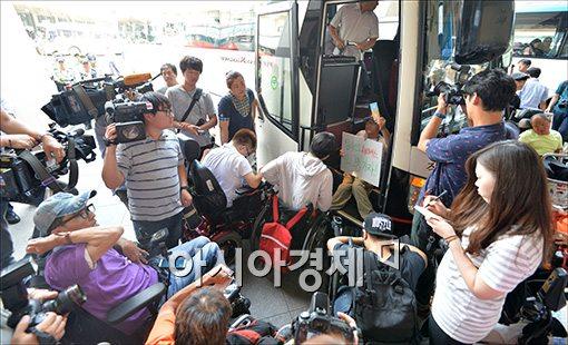 [포토]장애인연대 버스 탑승 시위