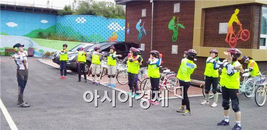 순천시는 오는 11일부터 자전거 안전의식을 조기에 심어주고 안전한 자전거 타기 운동을 전개하기 위해 '찾아가는 자전거 안전교실'을 성남초등학교에서 운영한다.