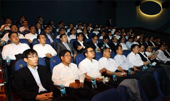 한화건설 이근포 사장을 비롯한 임직원 130여명이 지난 4일 영화 '명량'을 단체 관람하고 있다.