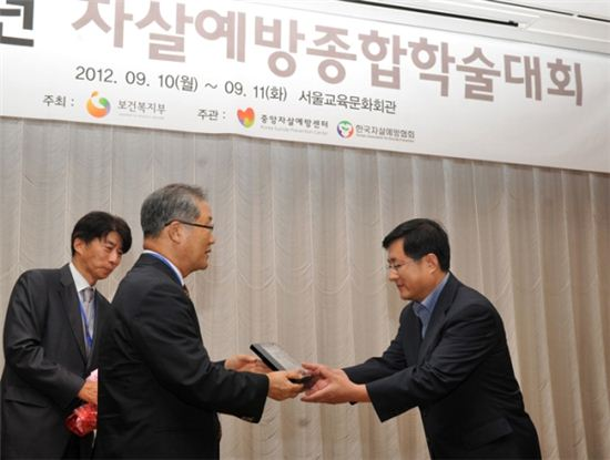 김성환 노원구청장(오른족) 수상 장면