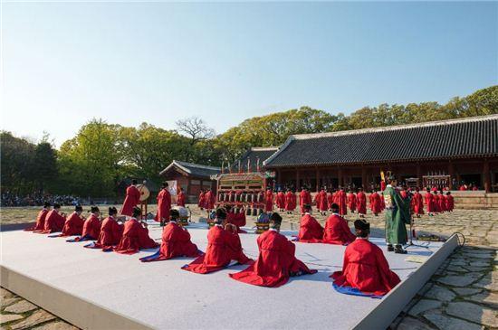 종묘 정전에서 열린 종묘제례악 공연 모습.