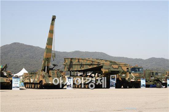 군에서 사용하고 있는 구난전차와 교량전차