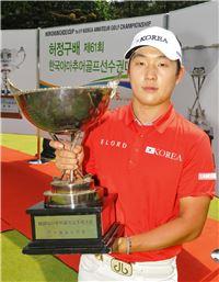 김남훈이 허정구배 우승 직후 트로피를 들고 포즈를 취하고 있다.