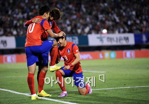 [포토]손흥민,'동국이형 황금발은 내가 닦아줄래요'