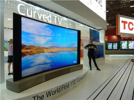 ▲TCL이 공개한 110인치 커브드 UHD TV