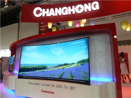 ▲창홍의 105인치 곡면 5K UHD TV
