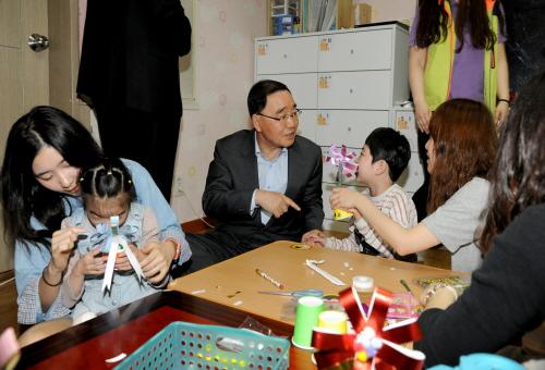 정홍원 국무총리가 지난 1월 11일 강동구 암사동 소재 장애아동시설을 방문, 아이들과 카네이션 만드는 봉사활동을 하고 있다.