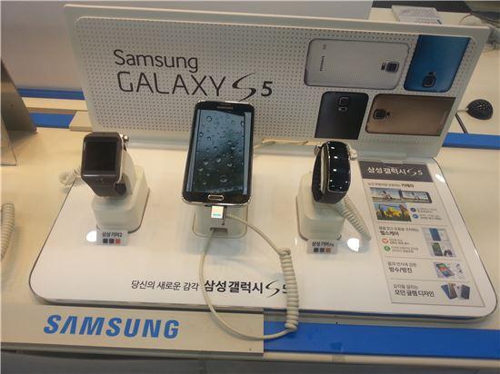 5일 오후 서울 종로구 인근 스마트폰 판매점에 전시된 스마트워치.