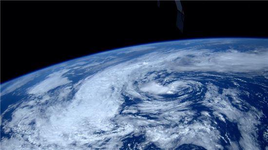 ▲418km 상공에서 바라본 지구.[사진제공=리드 와이즈먼 트위터/NASA]