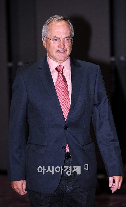 [포토]취임 기자회견장 들어서는 슈틸리케 감독