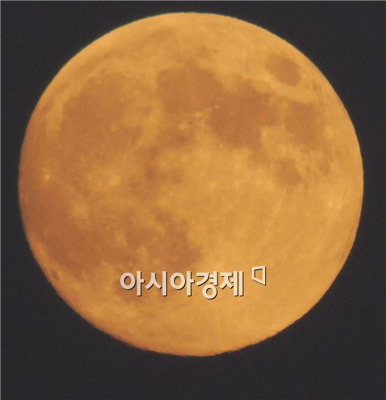 추석인 8일은 전국이 대체로 맑은 가운데 광주광역시 시가지에 슈퍼 보름달이 떴다. 더도말고 덜더말고 슈퍼문만 같아라 소원빌어보세요.