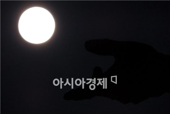 추석인 8일은 전국이 대체로 맑은 가운데 광주시 서구 치평동 상무지구 5.18기념공원에 세워진 기념탑의 손에 슈퍼 보름달이 떴다. 더도말고 덜더말고 슈퍼문만 같아라 소원빌어보세요.