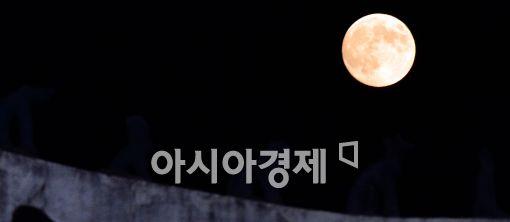 [포토]슈퍼문 뜬 서울 하늘